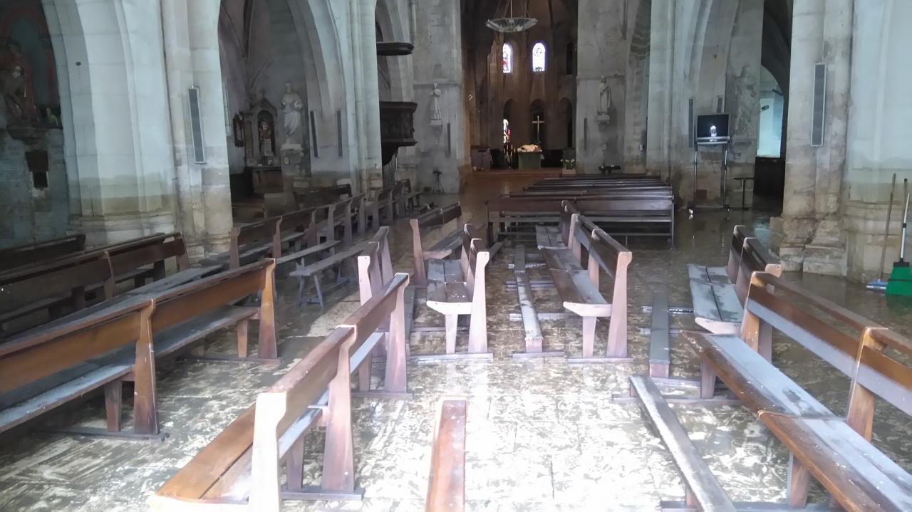 Les bancs évacués de l'église après les inondations